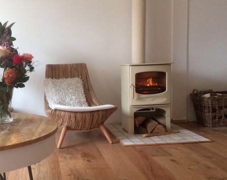 Een charnwood houtkachel met warme kleuren